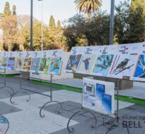 "La muestra fotográfica ""Aves"" se exhibe frente al edificio municipal."