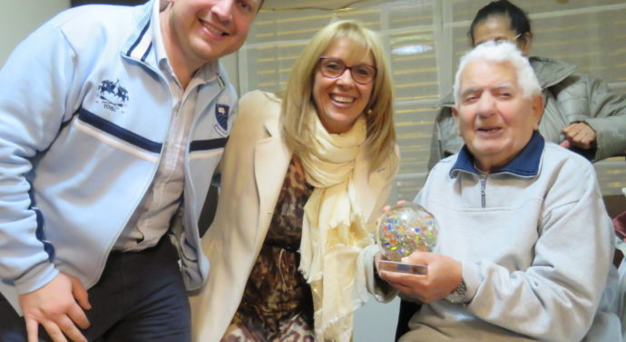 Torneo de Bolitas: El Dr Ernesto Masters recibió una réplica del Trofeo que lleva su nombre