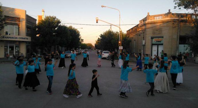 """María Susana: El Ballet Añoranzas salió a la calle a celebrar el """"Día de laTradición"""""""