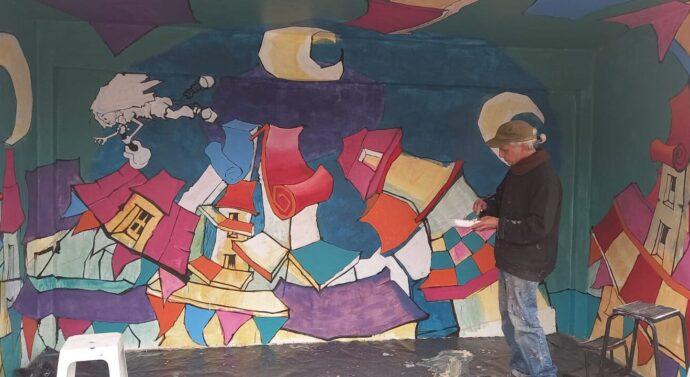 Muralista reconocido a nivel mundial plasma su arte de una de las garitas de la Ruta 9