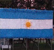 Una bandera con botellas recicladas en Nuevo Torino