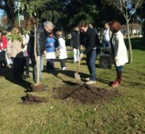 Bicentenario: Wheelwright plantó un Ceibo en la plaza principal