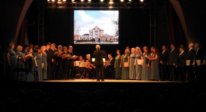 El Coro Polifónico festejó su sexagésimo aniversario con  un «Canto Pleno»
