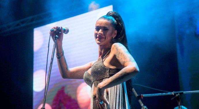 La primera cantante trans de cumbia nació en Barrancas y triunfa en el país