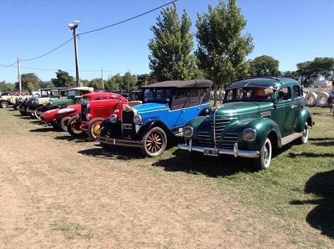 Se desarrolló con éxito el tercer encuentro de motos y autos antiguos