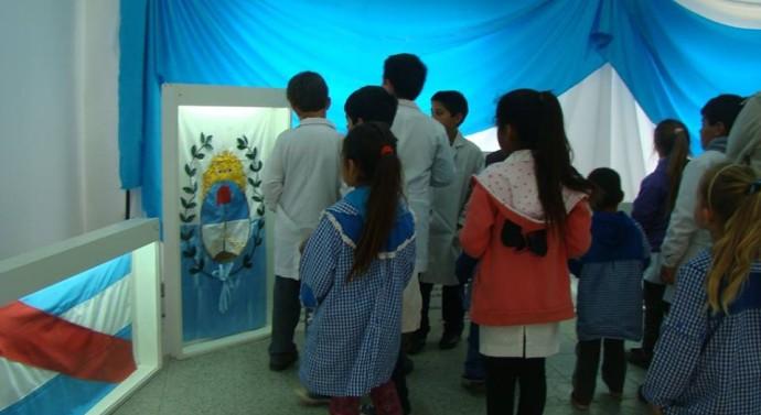 «Las Banderas de Belgrano» visitan la comunidad de Monte Oscuridad